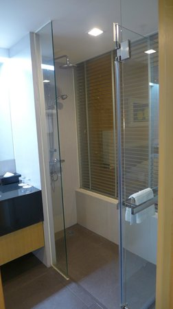 Best Western Premier Amaranth Suvarnabhumi Airport: walk in shower