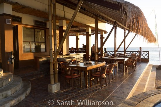 Tauch Terminal Resort Tulamben & Spa: Dining by the beach