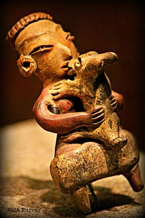 Nationalmuseum für Anthropologie: A Teotihuacan kissing his dog
