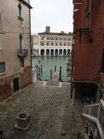 Al Lion Morosini: Pátio do hotel e ao fundo Grande Canal vistos da escadaria do hotel.
