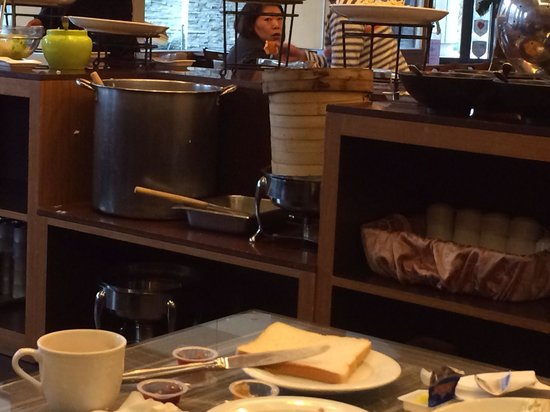 Jin Yong Quan Spa Hot Spring Resort: Messy breakfast setting, pots uncovered