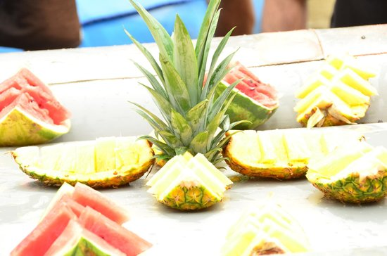 Wave Expeditions: Eating Fruit over the boats