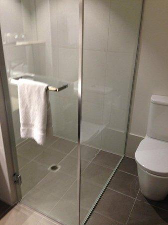 Crowne Plaza Adelaide: Bathroom queen balcony room