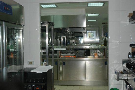 Aquapetra Resort & Spa: Elegant kitchen for preparing gourmet food