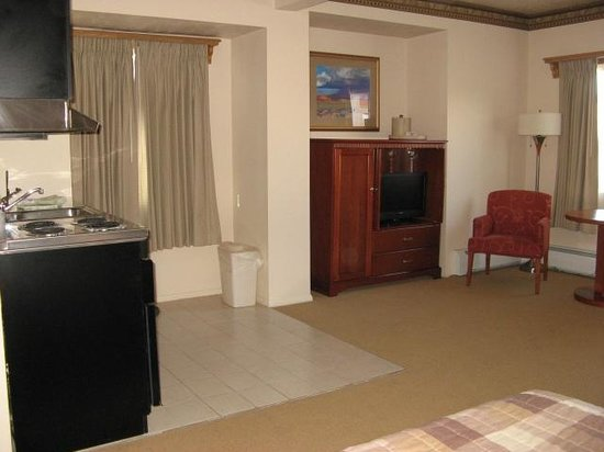 Silver King Inn & Suites: Living Area