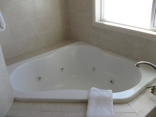 Silver King Inn & Suites: Bathtub
