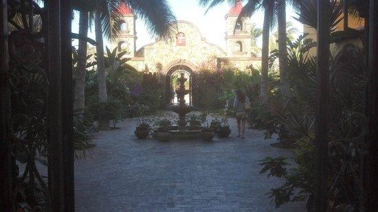 Hacienda Cerritos Boutique Hotel: View of courtyard looking toward exit