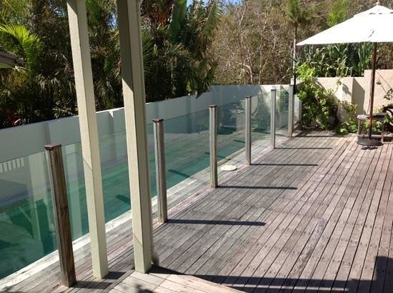The Cape Beach House: lovely cool pool and deck at front of Cape Beach
