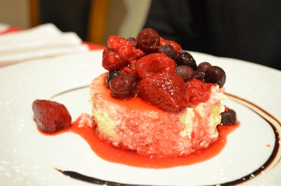 Hotel Villa Huinid Bustillo: Postre chasse cake con frutos rojos, restaurant.