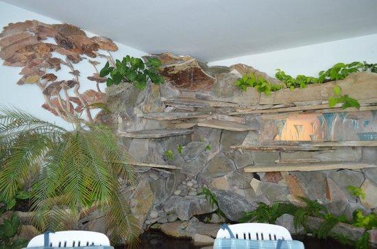 Villa Huinid Resort & Spa: Obra en piedra artista local