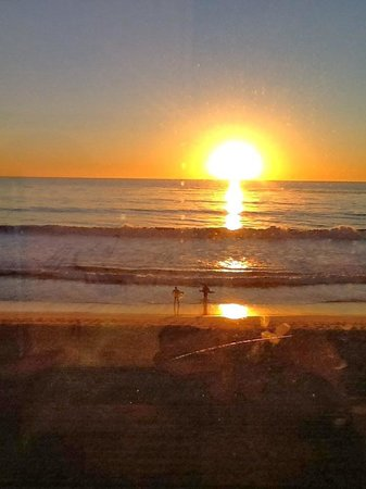 Beach Terrace Inn: Surfers at sunset
