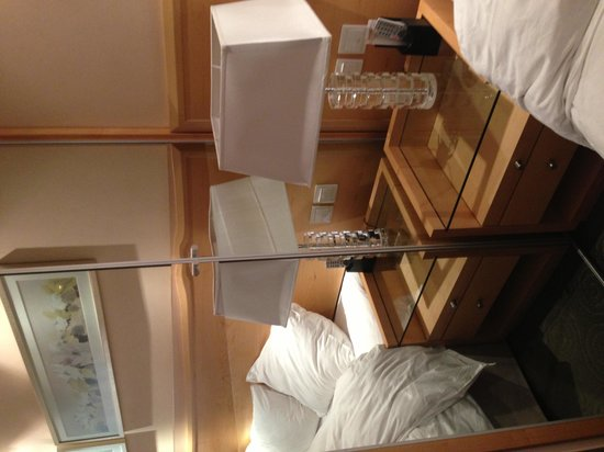 Ramada Plaza Shenyang City Center: Cupboard door block by bedside table