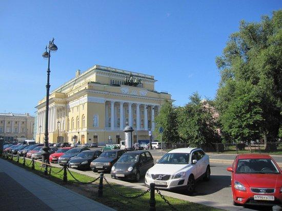Alexandrinsky Theatre: Vista del teatro y su entorno.