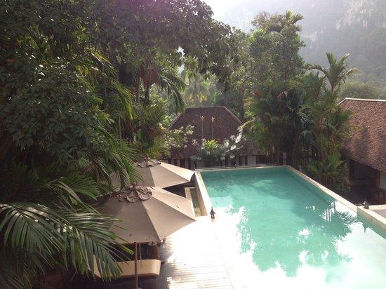 The Cliff Ao Nang Resort: La piscine, vue depuis la salle supérieure du petit déjeuner