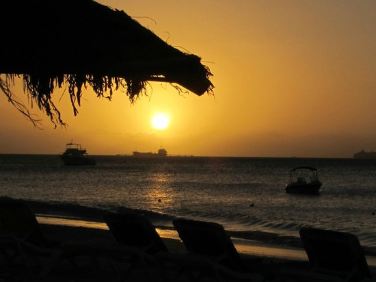 Halcyon Cove by Rex Resorts : Sunset from the beach