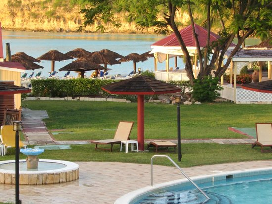 Halcyon Cove by Rex Resorts : View of beach, beach bar and pool area