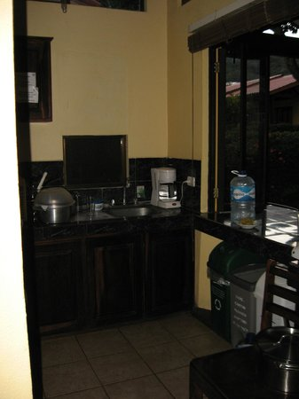 Hotel and Villas Nacazcol: small kitchen with no stove