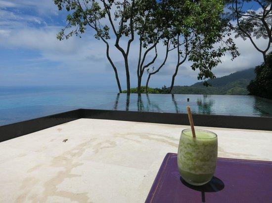 Kura Design Villas Uvita: drinks at the pool