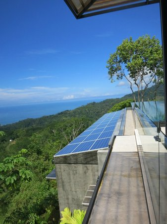 Kura Design Villas Uvita : solar panels below the pool