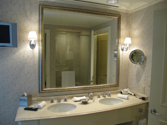 Hermitage Hotel : Double Sink and Walk-In Shower