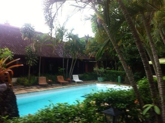 Kumala Hotel : piscina vicino hall