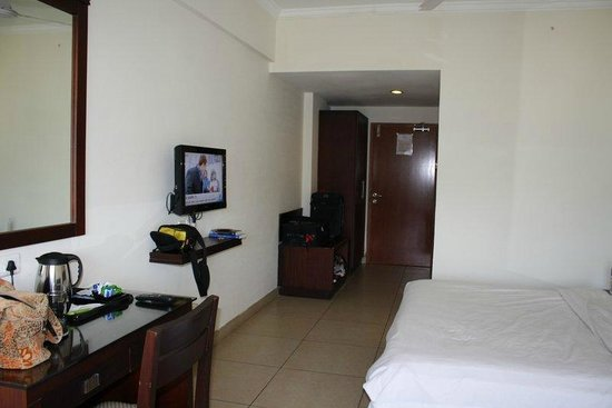 Clouds Valley Leisure Hotel: TV and closet