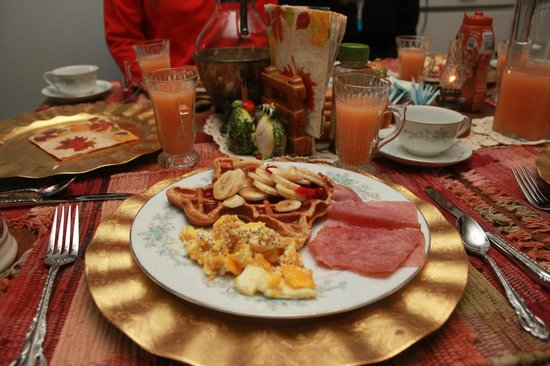 Alla's Historical Bed and Breakfast, Spa & Cabana: Breakfast time!