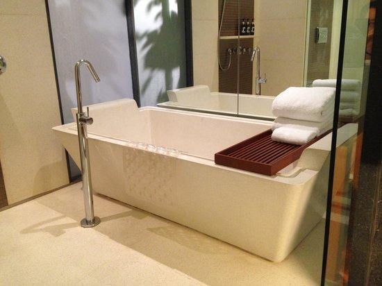 Hansar Bangkok Hotel: Hansar bath