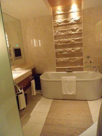 The Peninsula Tokyo: Bathroom area.