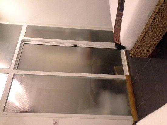 Monsoon Boutique Hotel : wc derrière une vitre au pied du lit