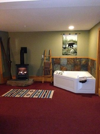 Bear Mountain Lodge: bears den jacuzzi and FP