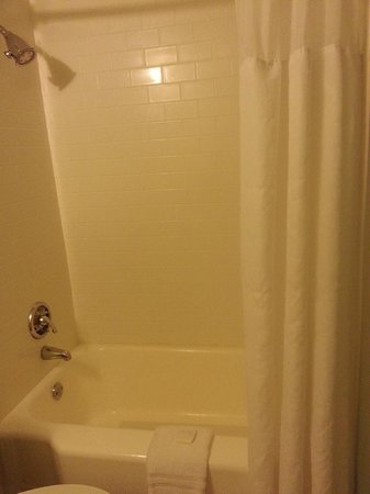 The Westport Inn: Very clean bath/shower with bow curtain rod