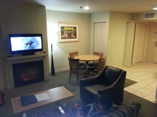 Worldmark Reno : Living space with a flat screen tv and a gas fireplace.