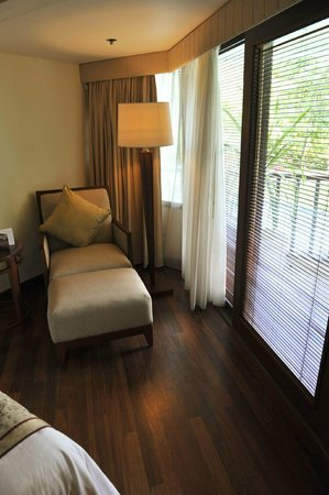 The Laguna, a Luxury Collection Resort & Spa: Lounger in room