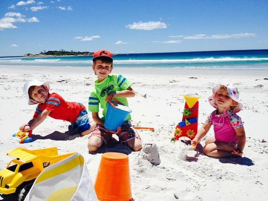 BIG4 Bicheno Cabins: Our Grandchildren enjoying Redbill Beach, less than 5 mins walk away.