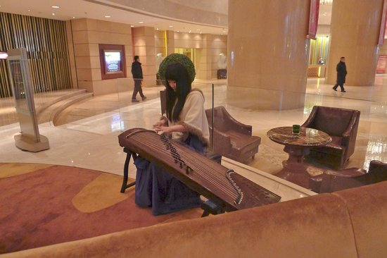 New World Dalian Hotel: Music in the lobby