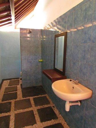 Bingin Sari Homestay: Good bathroom no with no hot shower