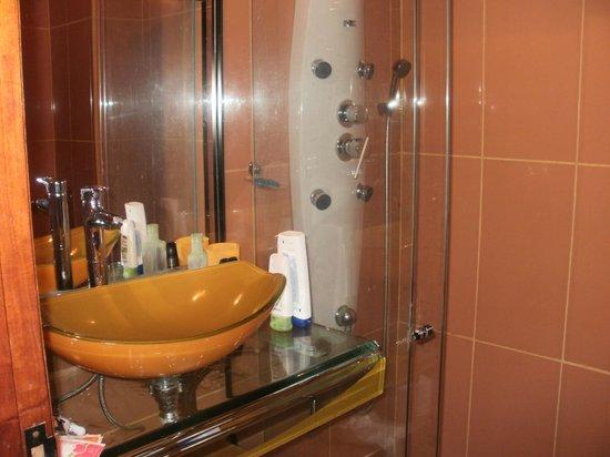 Latino Hotel: el baño
