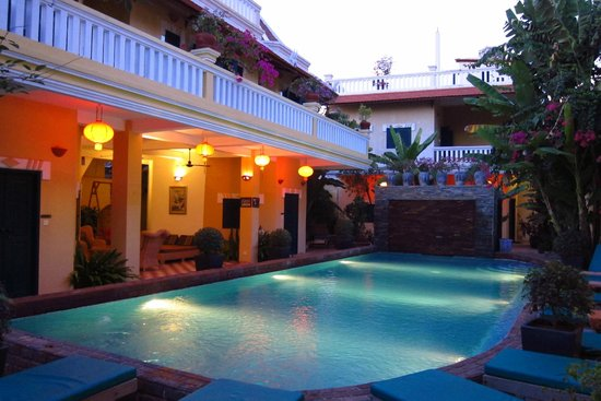 Golden Banana Bed & Breakfast & Boutique  Hotel: Swimming pool shared by B&B and Hotel. The facilities on left belong to the Hotel part