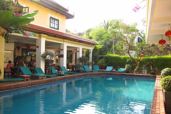 Golden Banana Boutique Hotel: Breakfast and dining patio next to pool