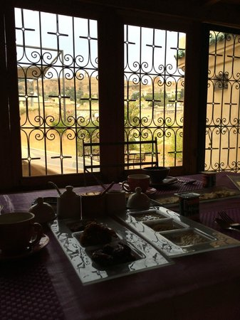 Dar Attajalli: Having breakfast with a view of the terrace and the rooftops of Fes