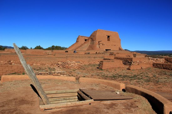 Pecos National Historical Park : Franciscan church and reconstructed Kiva