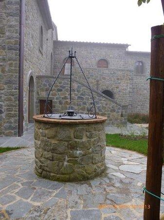 Relais La Corte dei Papi: The well in front of the spa suites at La Corte dei Papi