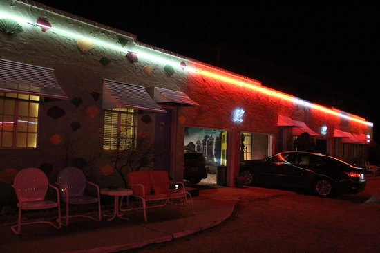 Blue Swallow Motel: Room Exteriors with Garages