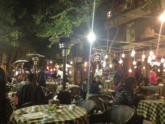 Yu Hotspring Resort: Courtyard and Bee Bar Buffet