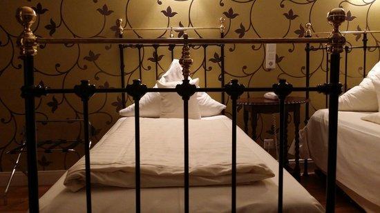 TOP Hotel Alexander: Schönes rustikales Bett. Leider ist die Matratze komplett durchgelegen und man liegt abschüssig