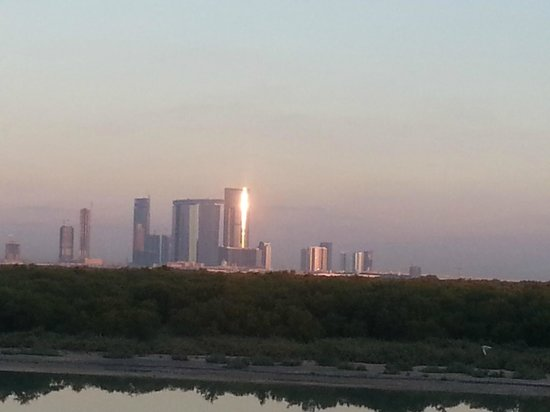 Anantara Eastern Mangroves Hotel & Spa: Abu Dhabi Skyline at Sunrise