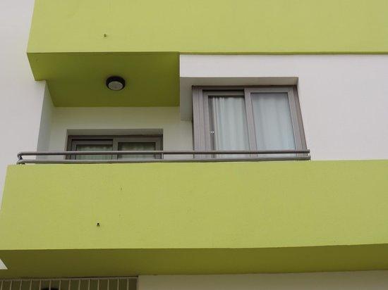 Hotel THe Corralejo Beach: Blick von der Straße,Wohn-Schlafzimmer