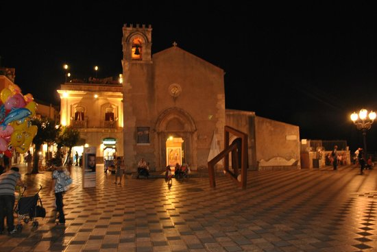 Taormina, Italy: the amazing and classy square by night