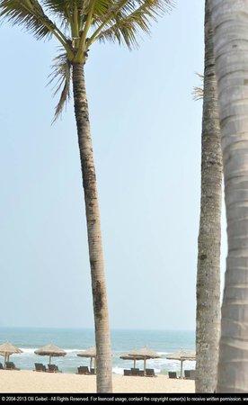 Haitang Bay Gloria Resort Sanya: beach looking towards the East